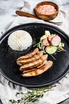七面鳥の胸肉ステーキ、鶏肉、ご飯とサラダのおかず。上面図