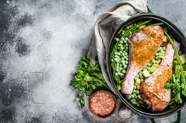 七面鳥のシチュー。パセリ、エンドウ豆、セロリ、ジャガイモのドラムスティックのレシピ。上面図