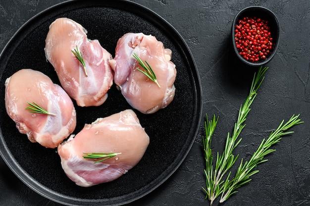 Сырое куриное филе без кожи. ферма мяса птицы. черный фон. вид сверху