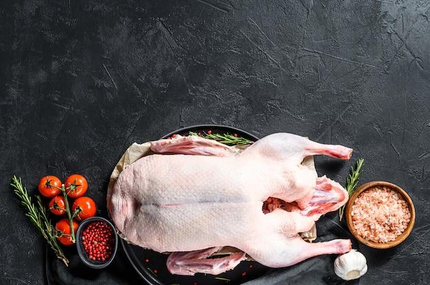生の鴨肉、ピンクペッパー、ローズマリー。