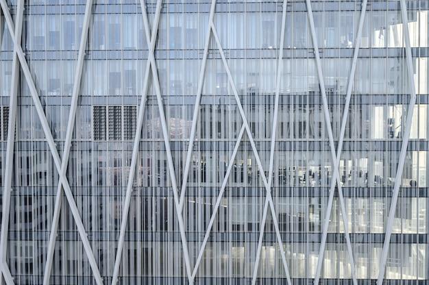 超高層ビル、オフィスビルの背景のモダンな青いガラスの壁
