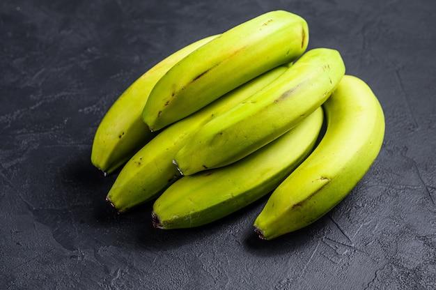 Зеленые бананы. вид сверху. тропический фрукт