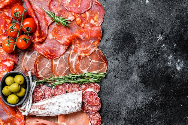 スペインの冷たい肉の品揃え。チョリソ、フエット、ロモ、ハモンイベリコ、オリーブ。上面図