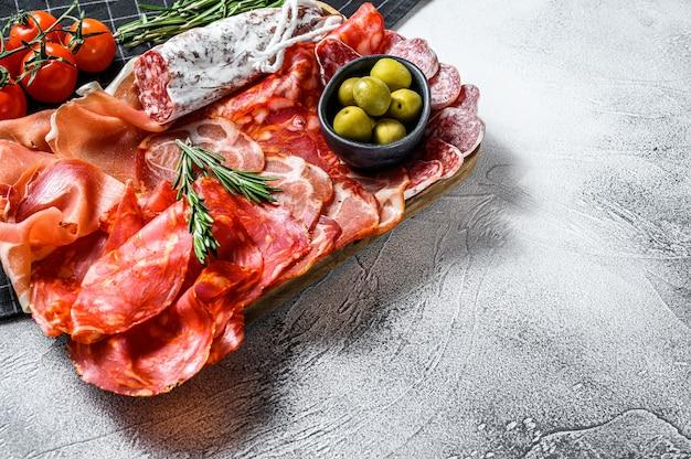 伝統的なスペインのタパスの塩漬け肉盛り合わせ。チョリソ、ハモンセラーノ、ロモ、フュート。上面図。