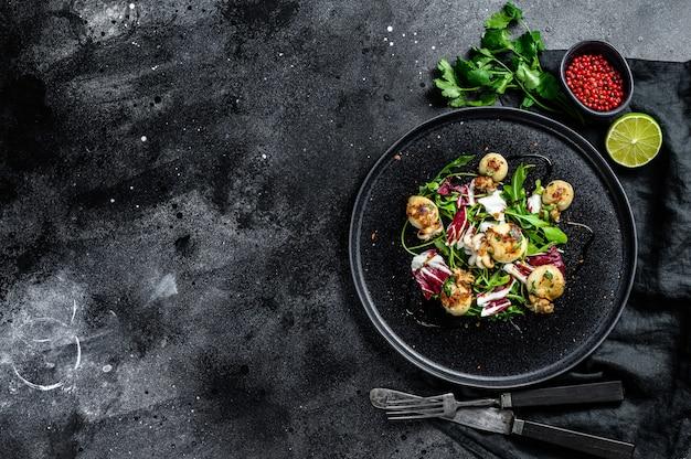Салат с жареной каракатицей и рукколой. вид сверху