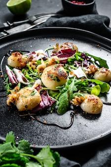 Тайский салат с жареными кальмарами и рукколой. вид сверху.