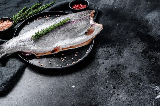 塩とローズマリーの新鮮なマス魚。上面図。
