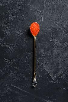絶妙なスプーンの赤キャビア。上面図。