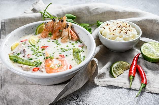 トム・カ・ガイ。鶏肉とエビのスパイシーなクリーミーなココナッツスープ。タイ料理。上面図