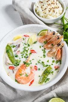 自家製のトム・カーガイ。ボウルにココナッツミルクスープ。タイ料理。上面図