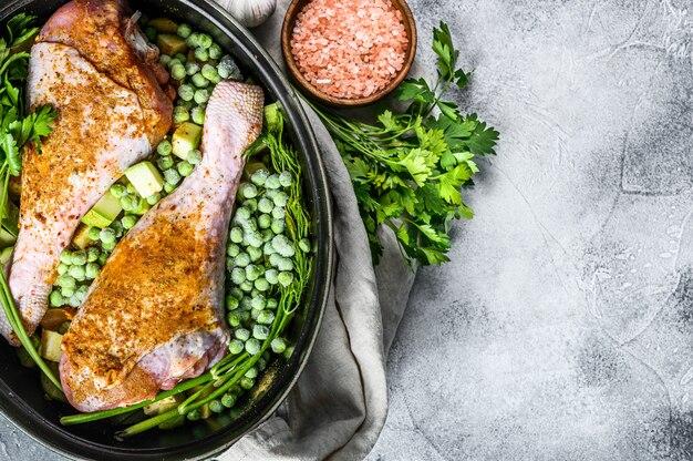 チキンシチュー。パセリ、エンドウ豆、セロリ、ジャガイモのドラムスティックのレシピ。上面図。