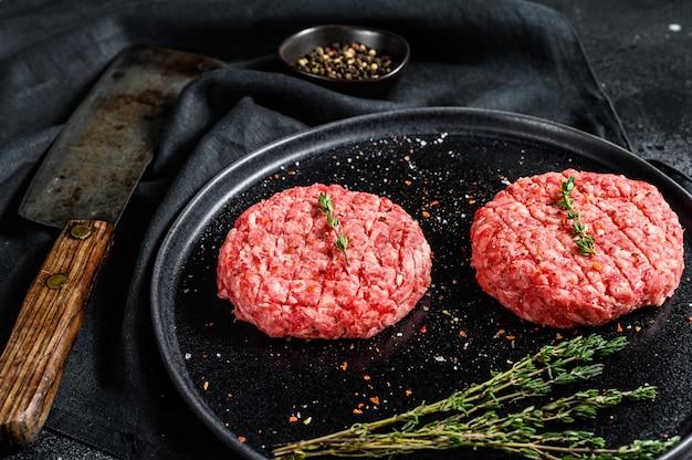 Сырые котлеты из гамбургеров, говяжий фарш.