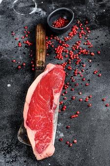 生霜降り牛ステーキ。黒アンガス肉。黒い表面。上面図