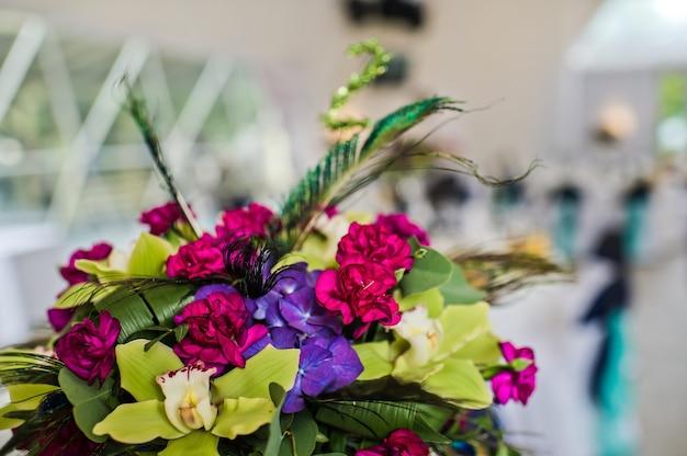 花で飾られた結婚式のテーブル、レストランでの夕食、宴会