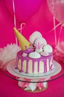 マシュマロとアイスクリームのチューブとピンクのケーキ