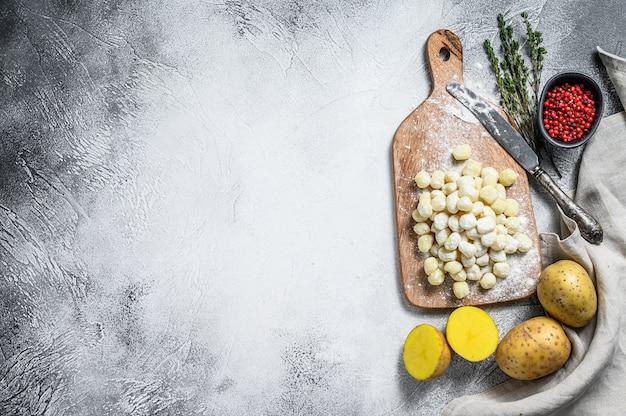 手作りのニョッキディパッタ、伝統的なイタリアンパスタ。灰色の背景。