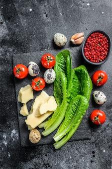 Рецепт салата цезарь, салат ромейн, помидоры, яйца, пармезан, чеснок, перец. вид сверху