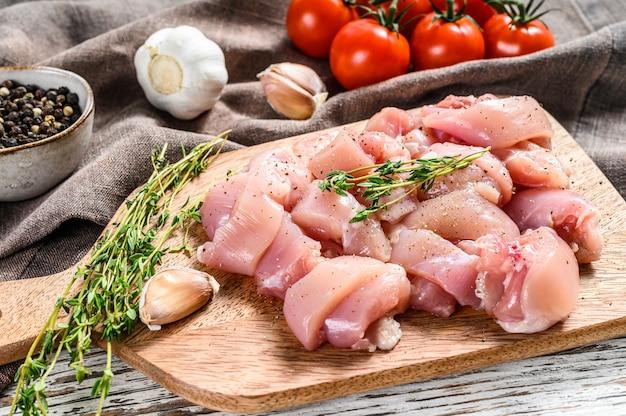 生の鶏肉の切り身をまな板の上の立方体にカット。上面図