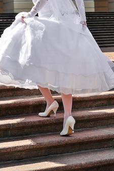 花嫁の靴が汚れている
