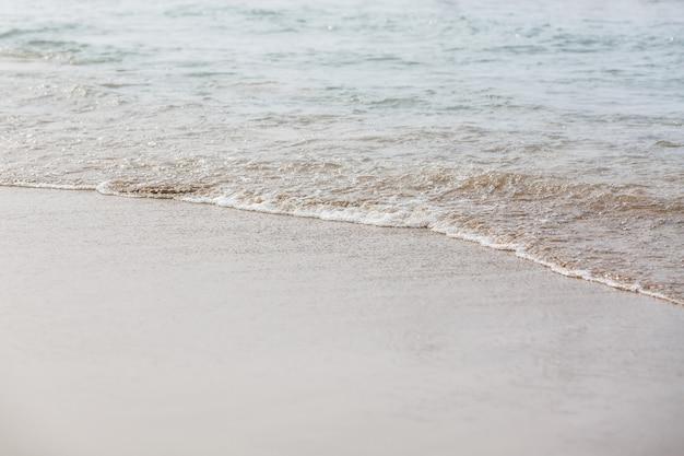夏のビーチの砂のパターンのクローズアップ