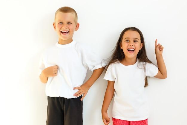 Счастливые дети сестра и брат весело проводят время