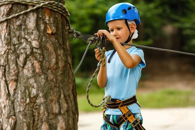 アクティブな子供のレクリエーション。ロープパークに登る
