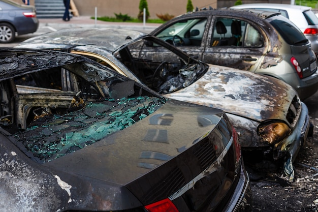 通りで燃やされた車