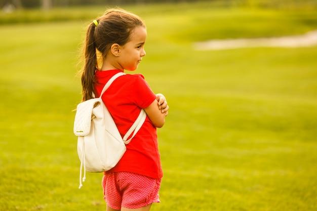 Маленькая девочка с рюкзаком, ходить в школу.