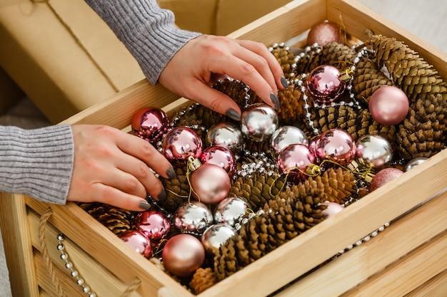 木製の箱でクリスマスボール。新年。クリスマス