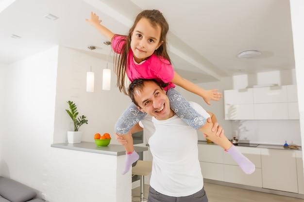 彼の娘と遊ぶ若い父親