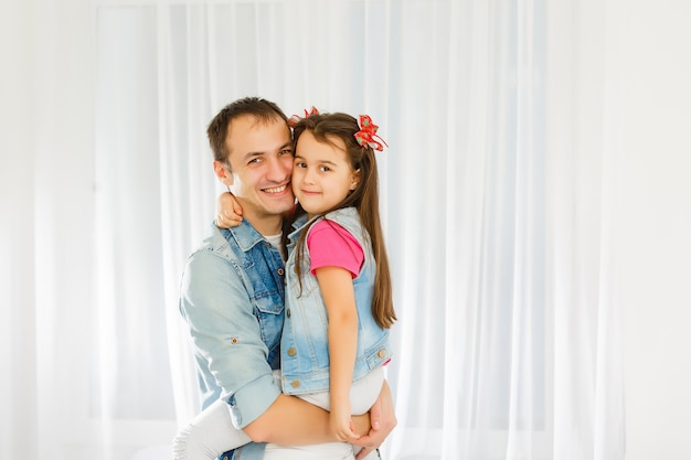Очаровательный портрет счастливого отца и дочери