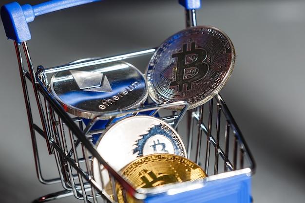 Магазинная тележка для покупок с биткойнами. криптовалюта биткойн