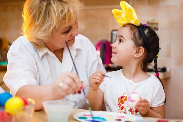 孫娘と祖母の絵の卵