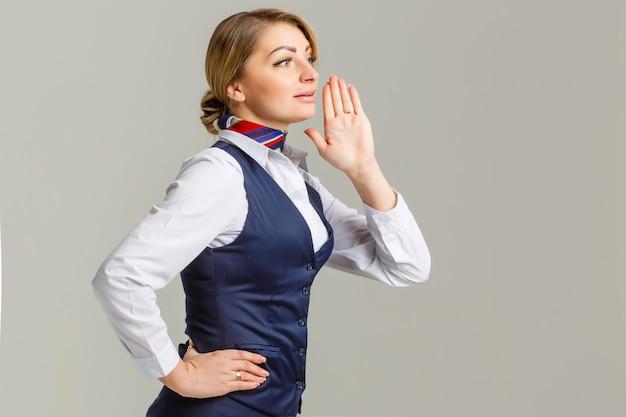美しい驚きのスチュワーデス。ハエ乗務員の女性で撮影スタジオ