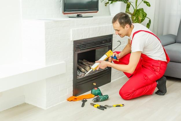 白いレンガの壁に設置する暖炉