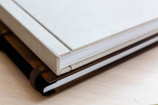 本物の写真、正方形のパンフレット、小冊子、雑誌のモックアップテンプレート