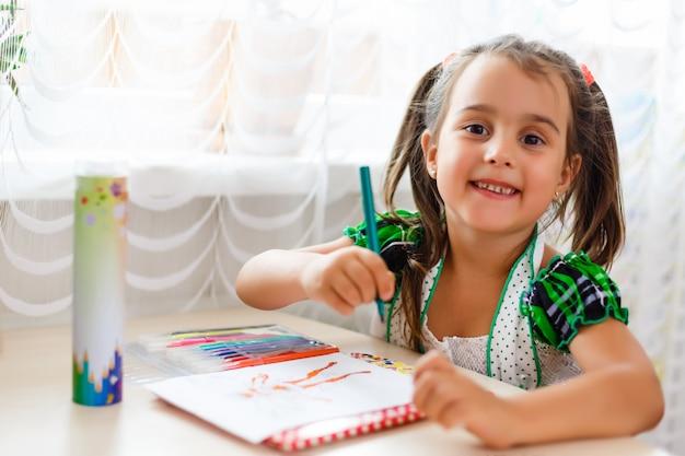 宿題をする時間、宿題をしている机の小さな女の子