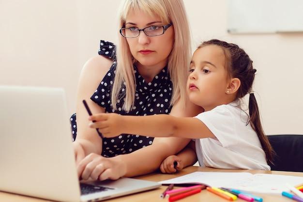 Портрет молодого учителя помогает ученику во время урока