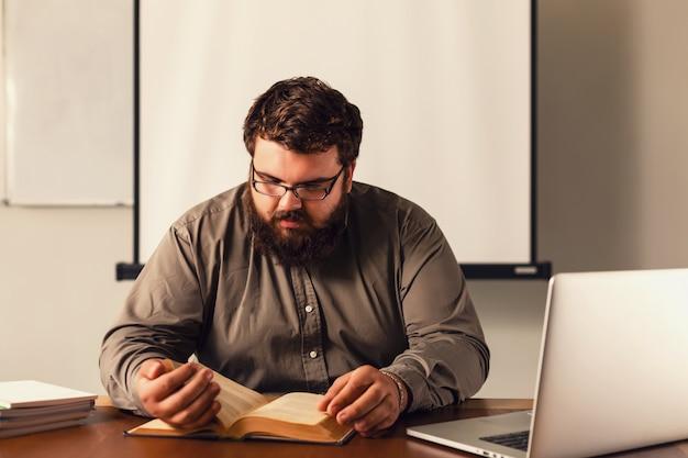 Учитель молодого человека представляя в классе.