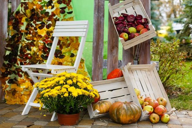 秋の花と大きな組成の果物