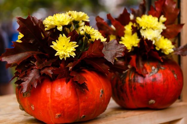 花とカボチャの秋の静物