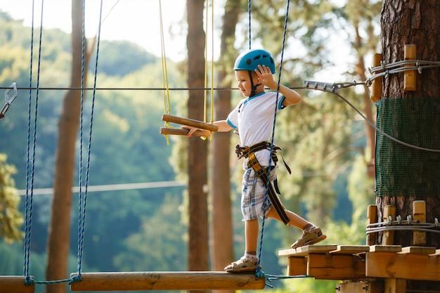 少年はロープパークに登る
