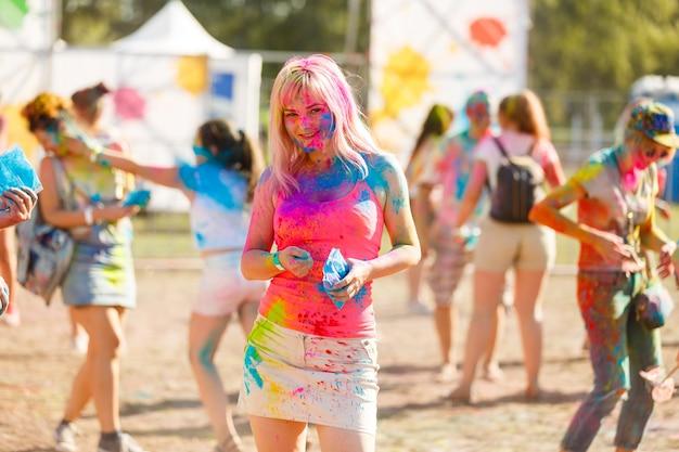 ホーリーカラーフェスティバルで幸せな女の子