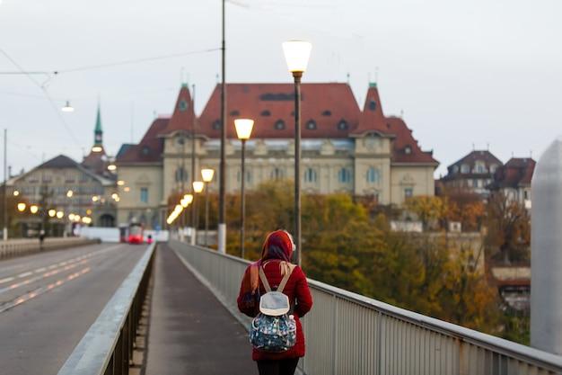 ベルン旧市街の赤い路面電車とストリートビュー。スイス、ベルン