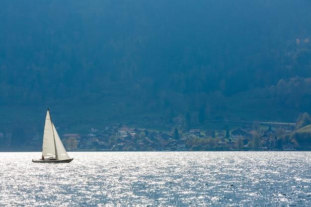 ニュージーランドのタウポ湖北島を航行する白いヨット帆船のパノラマ風景