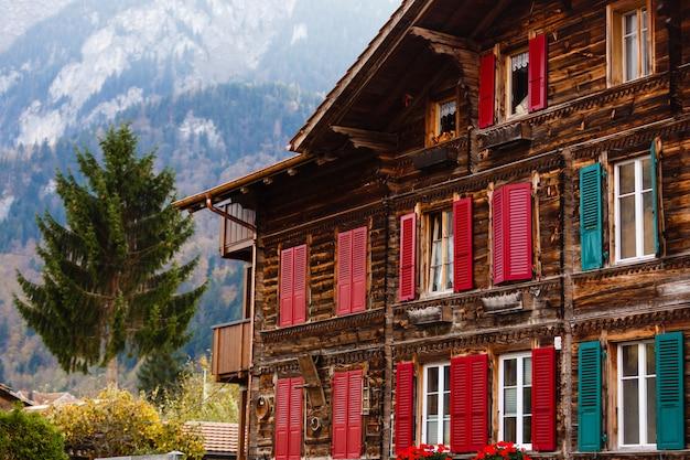 スイスのカラフルな窓のある家