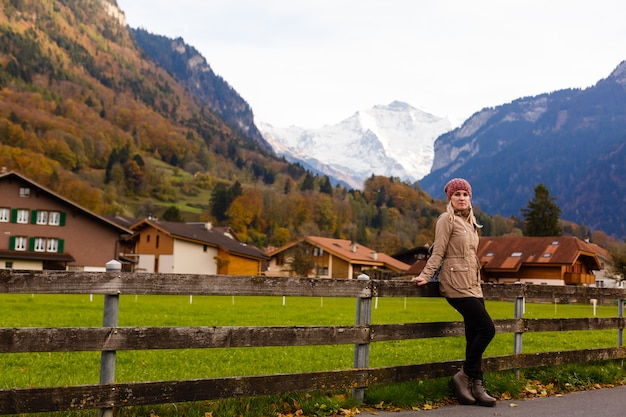 少女とスイスの山