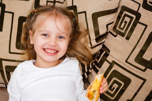 ピザを食べる少女