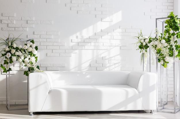 ソファ付きの美しいインテリアルーム。ミニマリズム。コンセプトデザイン