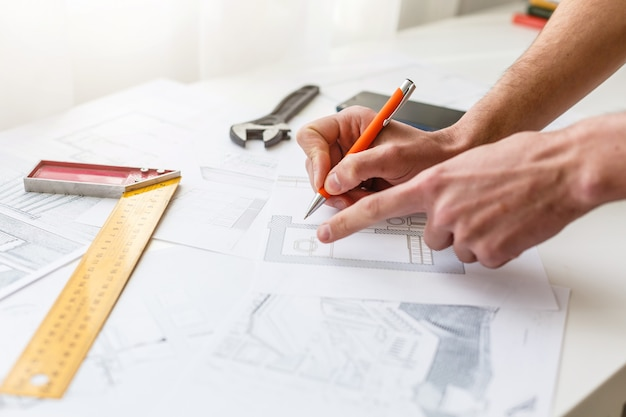 青写真、建設コンセプトに取り組んでいるエンジニアの手。エンジニアリングツール。